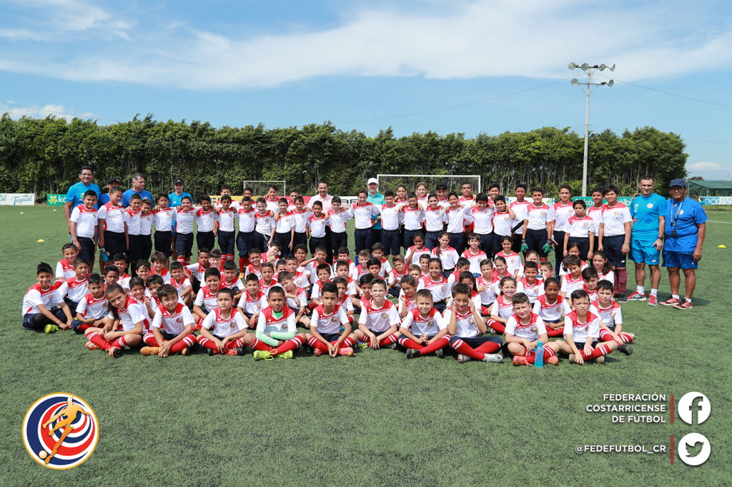 Escuela de fútbol estrenó uniformes