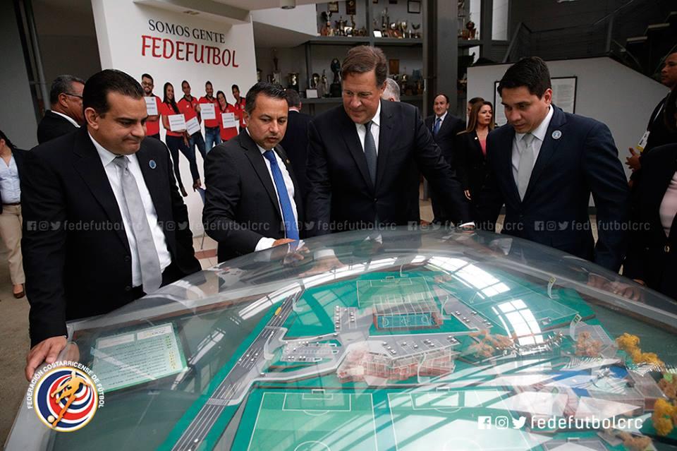 Presidente de Panamá, tras visita a Complejo FEDEFUTBOL, promete uno para su país