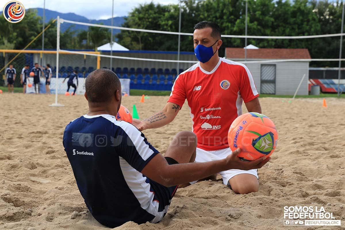 Trabajos físicos y técnicos predominan en los entrenamientos de fútbol playa