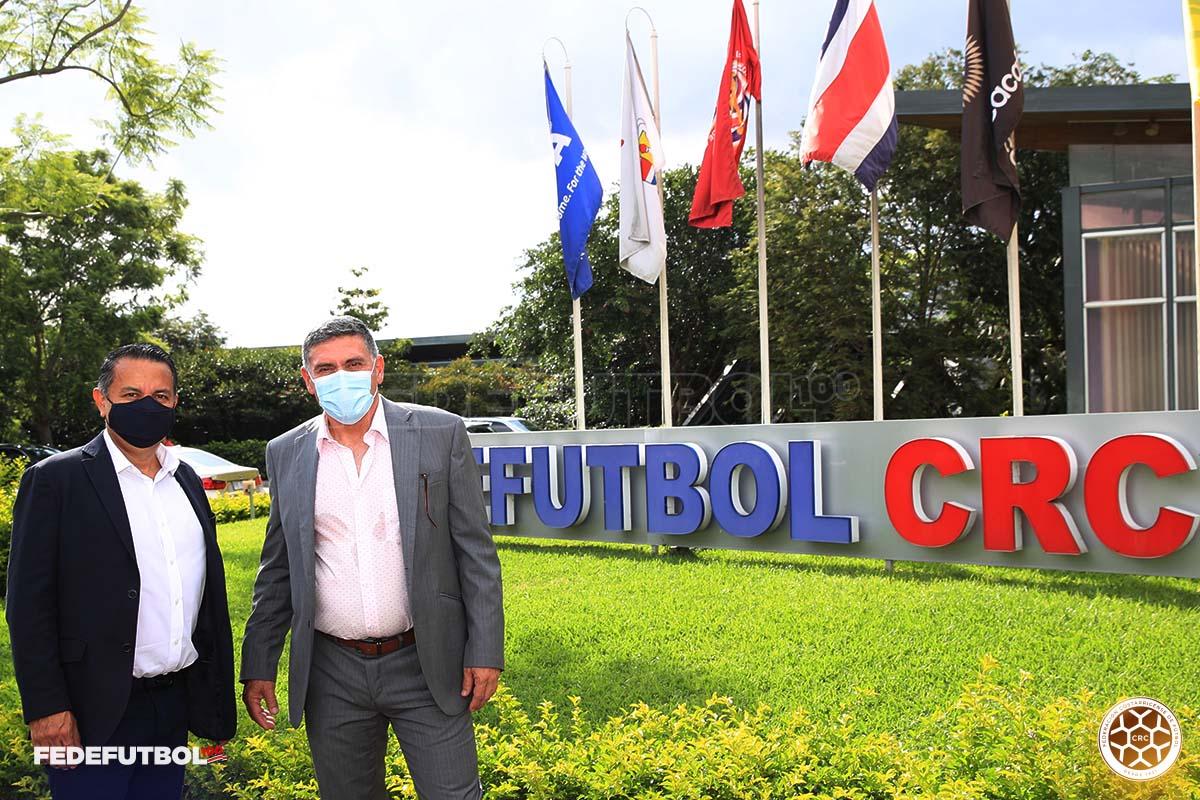 Del aeropuerto a la cancha: Suárez está en el país y de una vez empezó a trabajar